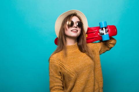Karhu Voima Oy:n blogikuvitusta, jossa tyttö pitelee rullalautaa