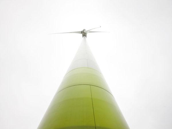 Tuulivoimala kuvattu juuresta ylöspäin