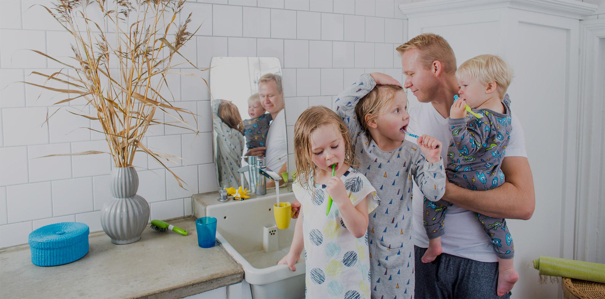 Karhu Voiman etusivulla perhe iltapesulla.